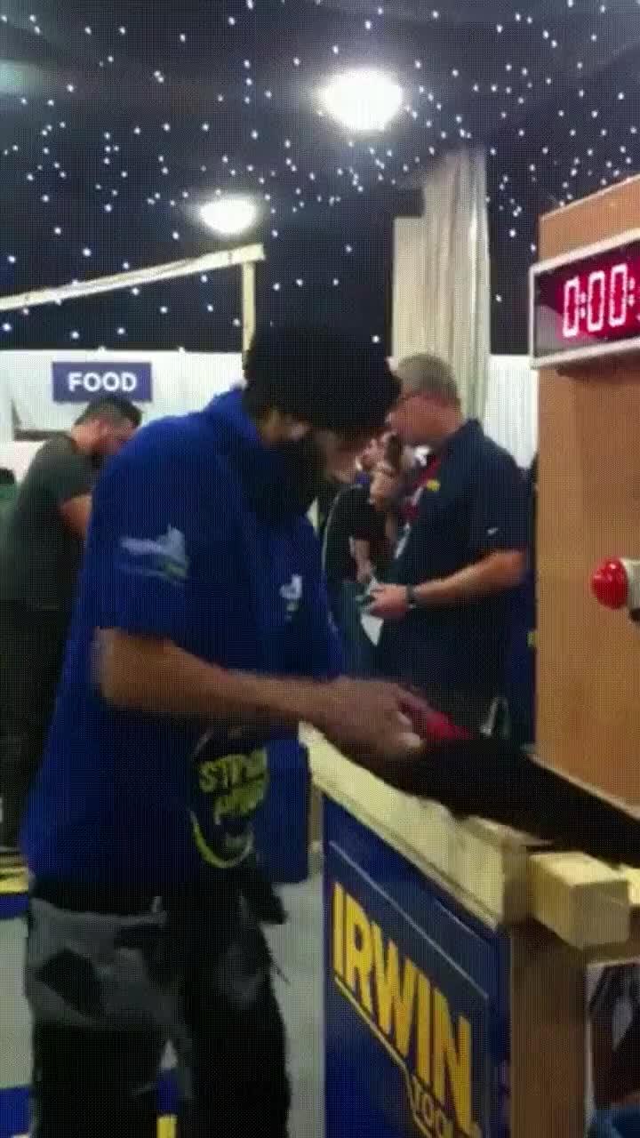 Enlace a Nuevo récord en cortar manualmente trozos de madera
