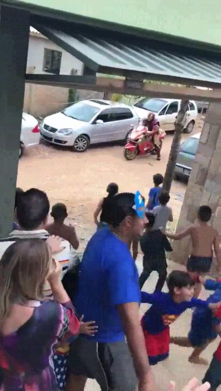 Enlace a Iron Man entrando en escena de la peor forma en una fiesta para niños