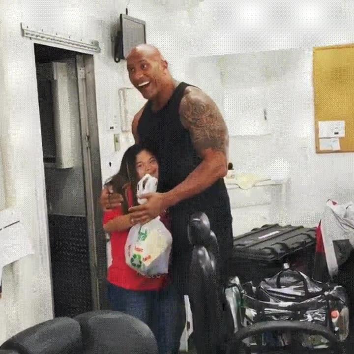 Enlace a The Rock sorprendiendo a su fan más acérrima