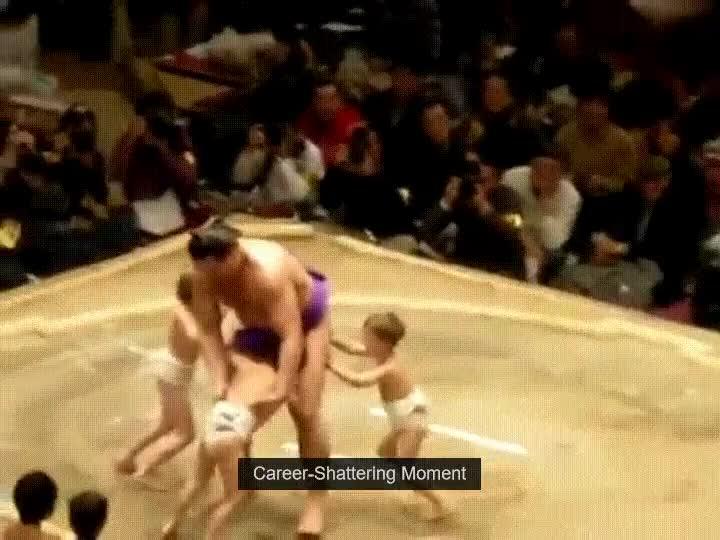 Enlace a Luchador de sumo profesional siendo apalizado por tres niños
