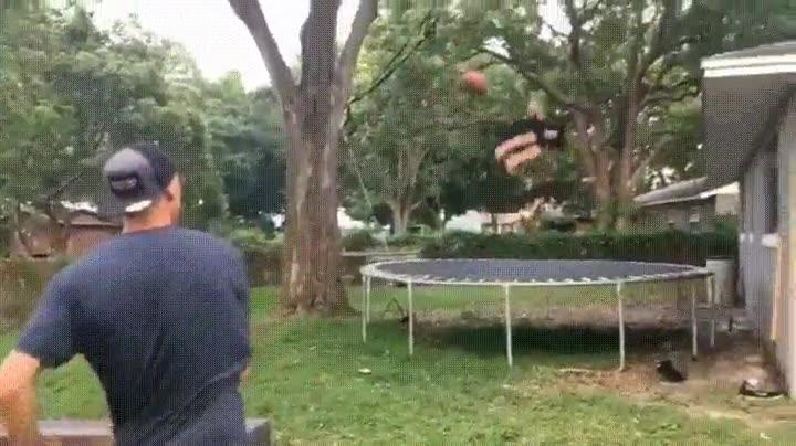 Enlace a Atrapando un balón de la forma más espectacular posible