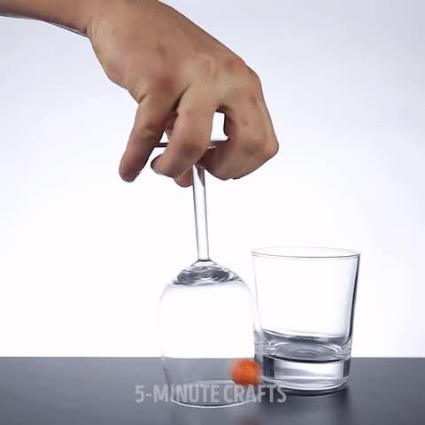 Enlace a Cómo meterla en el vaso sin tocarla