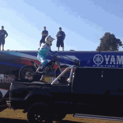 Enlace a La forma más molona de subir la moto al camión