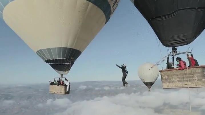 Enlace a Caminando en la cuerda floja entre dos globos ¿Lo conseguirá?
