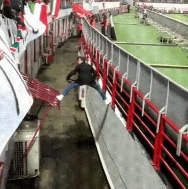 Enlace a Un aficionado se convierte en Indiana Jones en medio de un partido de fútbol