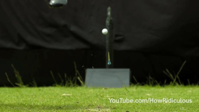 Enlace a Partiendo por la mitad una pelota de golf con un hacha