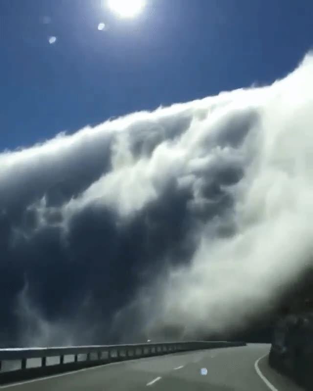 Enlace a Conduciendo a través de una carretera de nubes
