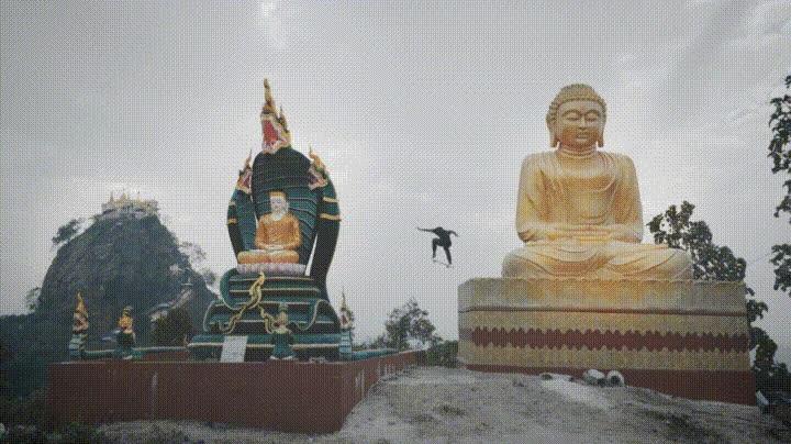 Enlace a Haciendo un ollie entre dos  Buddhas