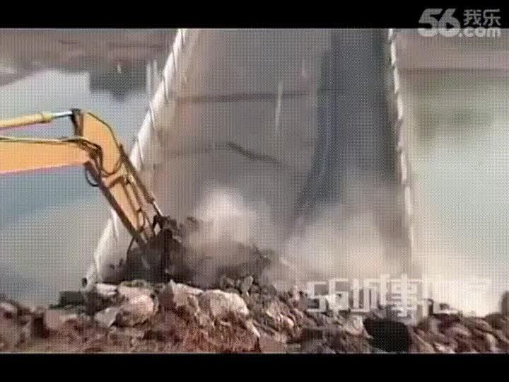 Enlace a Demoliendo un puente con una excavadora