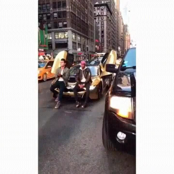 Enlace a Lo que le puede pasar a tu coche cuando bloqueas el tráfico para una foto