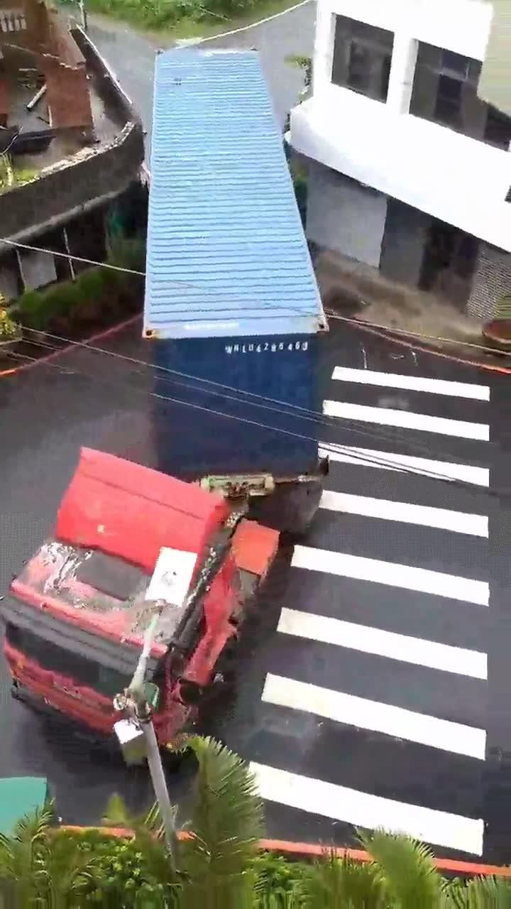 Enlace a Cuando al conductor de un camión se empeña en pasar por un sitio siempre lo consigue