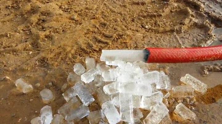 Enlace a La magia de las mangueras, el agua y los cubitos de hielo