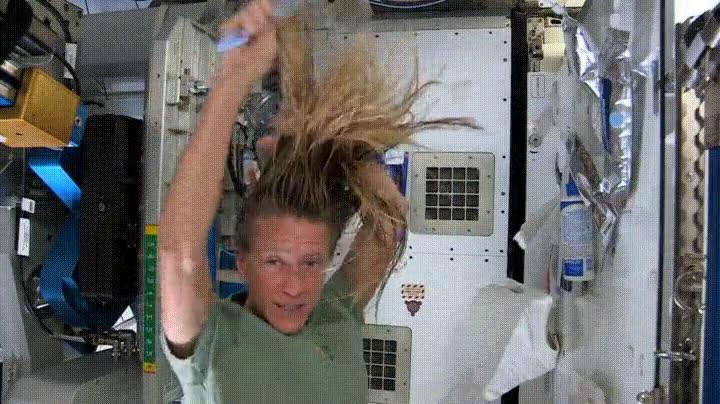 Enlace a La unica forma de lavarse el pelo en el espacio
