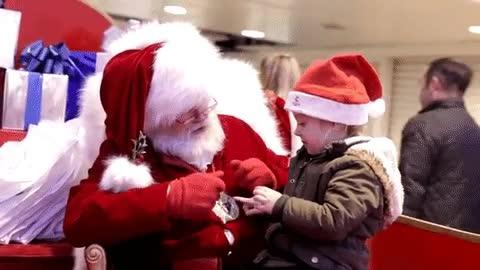Enlace a Papá Noel preguntándole a una niña sorda qué quiere estas navidades con el lenguaje de los signos