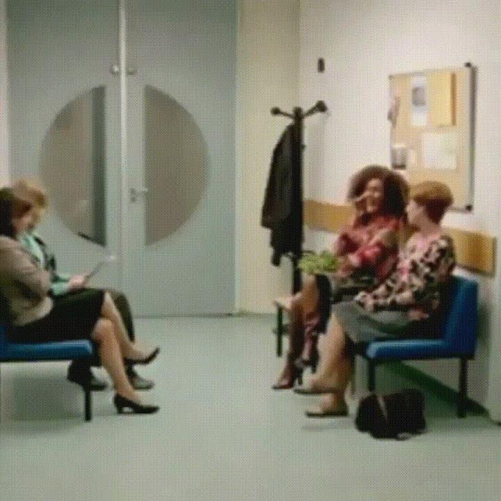 Enlace a Lo que haría con la gente que habla por teléfono ruidosamente en las salas de espera