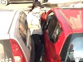 Enlace a La única forma de entrar en tu coche cuando un listo decide aparcar a pocos centímetros