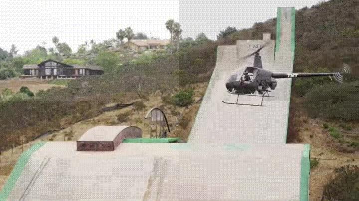 Enlace a Imitando a Tony Hawk desde un helicóptero