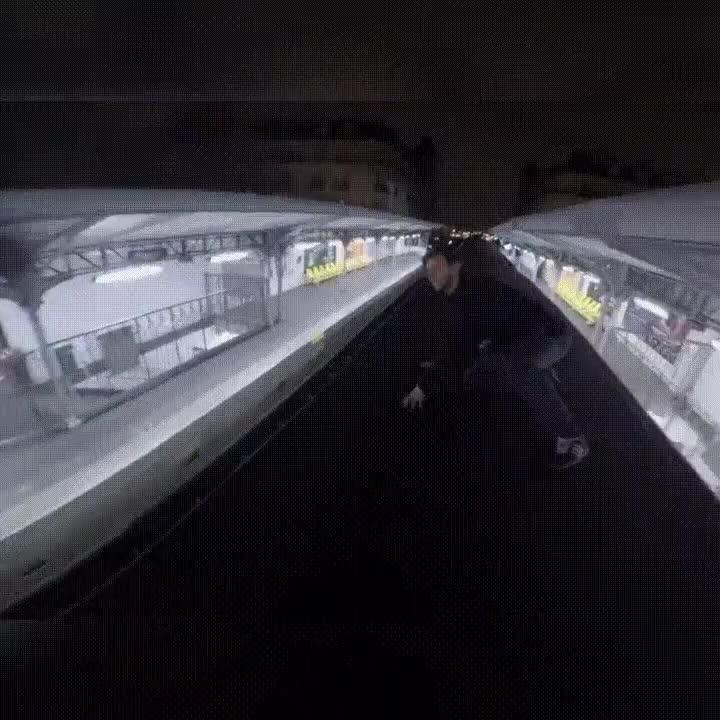 Enlace a Saltando por encima de los vagones del metro de París