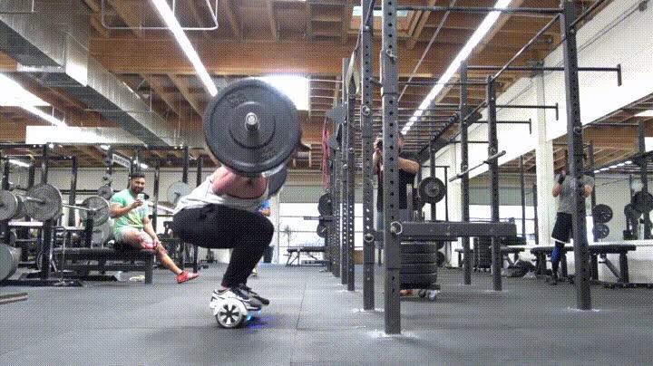 Enlace a Levantando 143kg mientras haces una sentadilla en una balance board