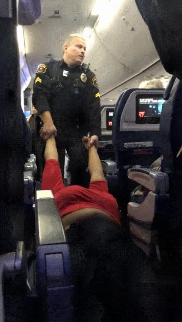 Enlace a Pasajera de avión obligada a ser evacuada por negarse a obedecer las órdenes
