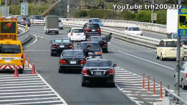 Enlace a El Primer Ministro Japonés parando el tráfico para reincorporarse