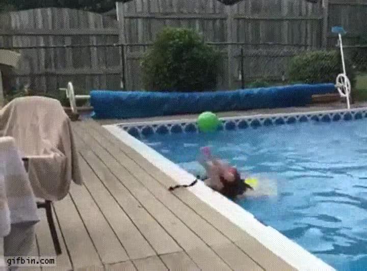 Enlace a Chavales que aún tienen mucho que aprender para hacer una bomba en la piscina