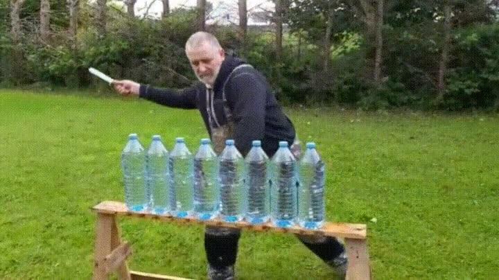 Enlace a Cortando 8 botellas de agua con un solo golpe