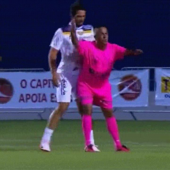 Enlace a El fútbol sería mucho más divertido con árbitros como este