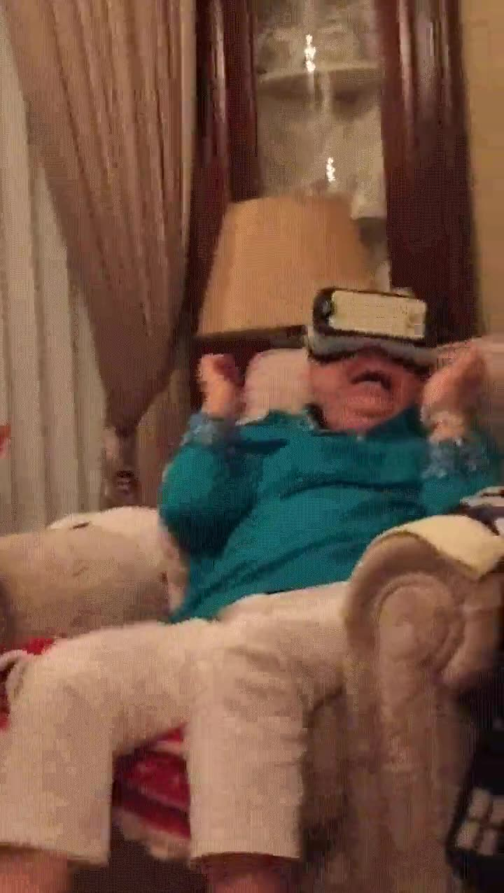 Enlace a Abuela probando un casco de Realidad Virtual por primera vez