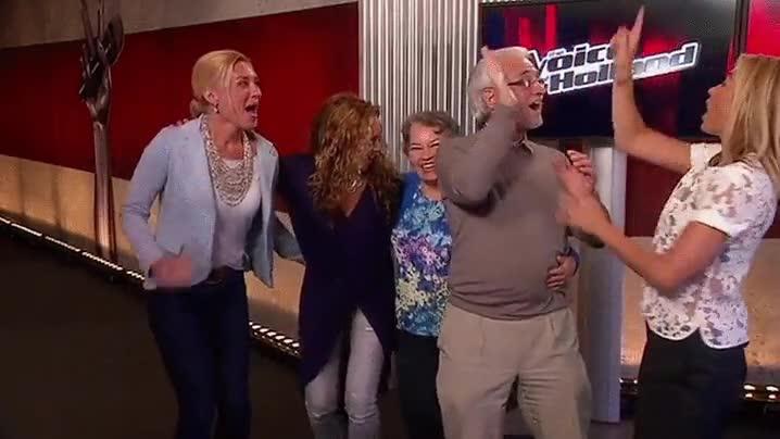 Enlace a La chocada de manos más rara de la televisión reciente