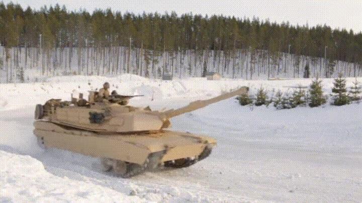 Enlace a Tanque M1A1 Abrams haciendo un espectacular derrape sobre la nieve