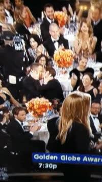 Enlace a Ryan Reynolds y Andrew Garfield montándoselo en la gala de los Globos de Oro