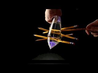 Enlace a Clavando 5 lápices en una bolsa llena de agua