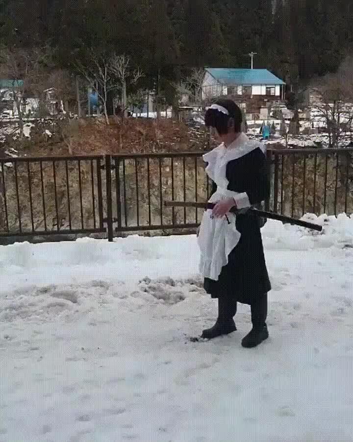 Enlace a Sirvienta Samurai practicando en la nieve