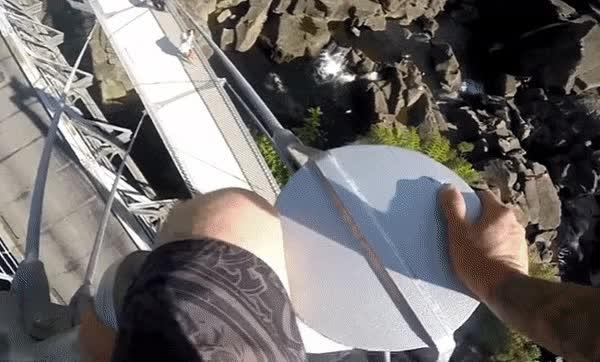Enlace a Gente enferma que no tiene problemas en saltar al vacío desde 22 metros de altura