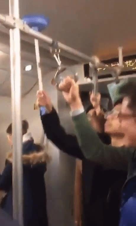 Enlace a Lo mejor que puedes hacer cuando te quedas sin agarraderos en el metro