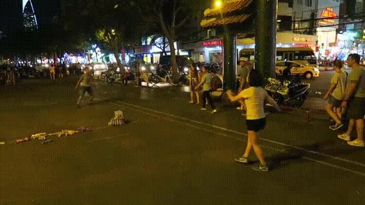Enlace a Jugar a badminton con los pies no es tan fácil como parece