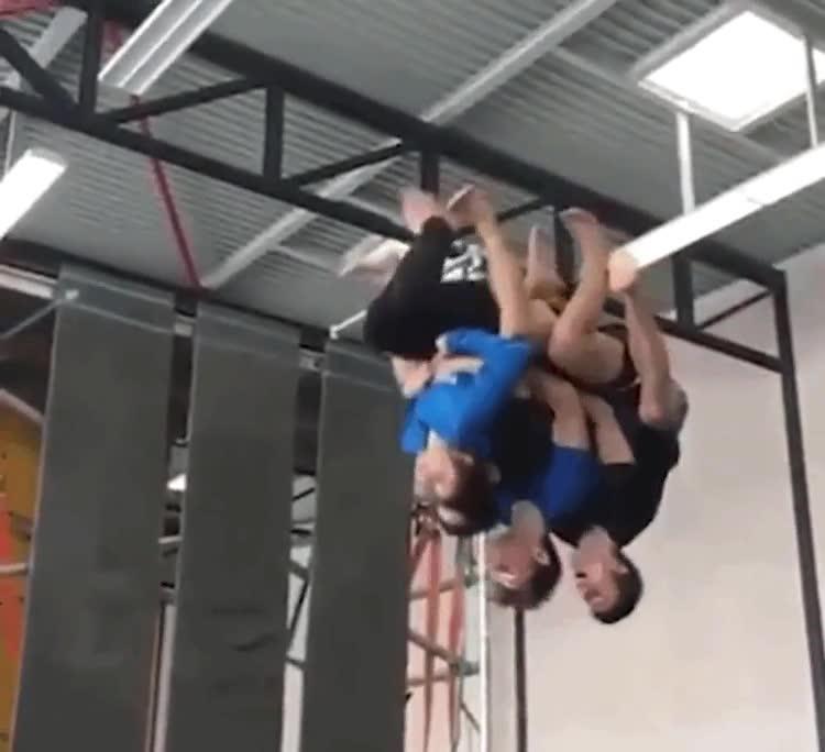 Enlace a Seguro que nunca habías visto un salto mortal con 4 personas a la vez
