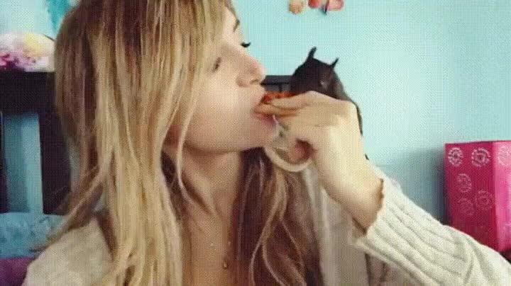 Enlace a Chica compartiendo un trozo de pizza con su mejor amigo