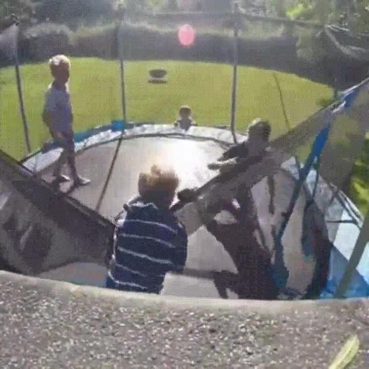 Enlace a Nunca dejes a tus 3 hijos jugar solos en el trampolín