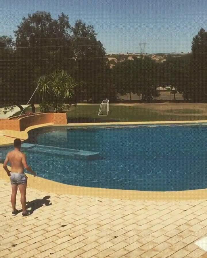Enlace a Marcando un gol olímpico desde la piscina de casa