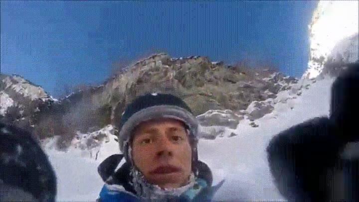 Enlace a Tremendo despiste esquiando. Y encima se levanta como si nada...