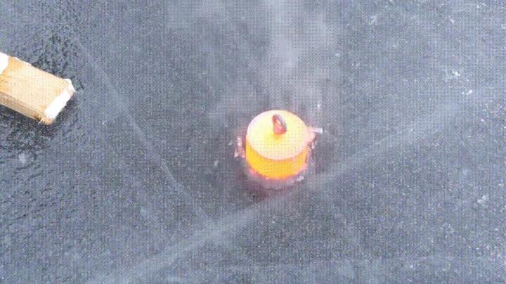 Enlace a Lo que pasa cuando pones 20kg de acero ardiendo sobre una superficie de hielo