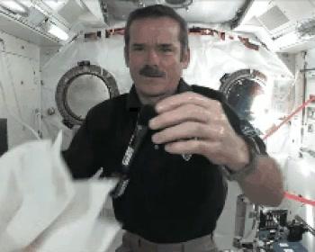 Enlace a Así se tiene que lavar las manos un astronauta en el espacio exterior. Alucinante