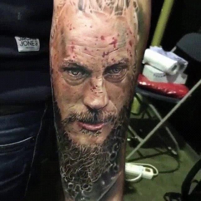 Enlace a Espectacular tatuaje fotorrealista de Ragnar