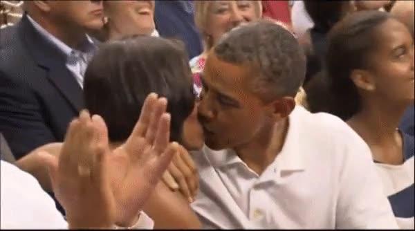 Enlace a Cuando los Obama aparecen en la kiss cam
