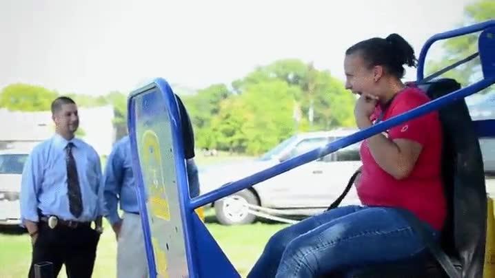 Enlace a La policía de Connecticut intentando concienciar a la gente para que use el cinturón de seguridad