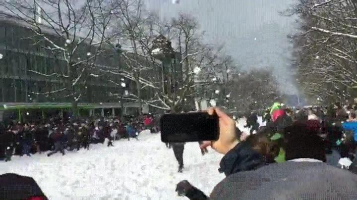 Enlace a Más de 3.000 bolas de nieve bolando por los aires en una batalla campal