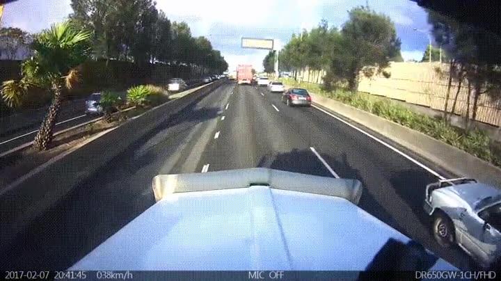 Enlace a Cuando un motorista se distrae y deja de prestar atención pasan cosas como esta