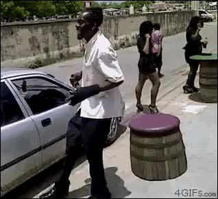 Enlace a Gente rara que decide subir al coche de una forma...peculiar